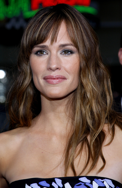Jennifer Garner With Wavy Hairstyle With Bangs